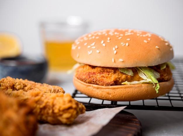 Hambúrguer de frango frito com vista frontal