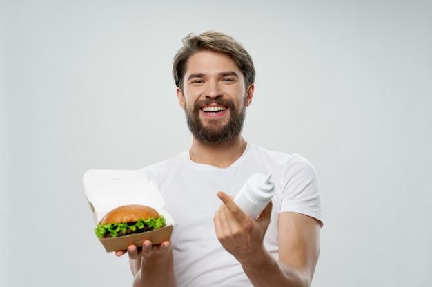 Hambúrguer de homem alegre, fast food, molho de comida, dieta