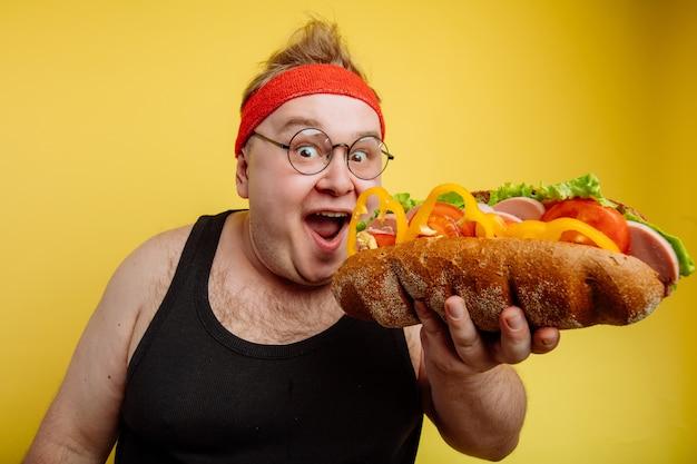 Hambúrguer de homem gordo comendo fast-food