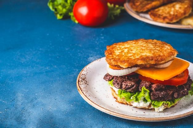 Hambúrguer de panquecas de batata deliciosa com carne. dranburger. copie o espaço