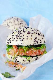 Hambúrguer de peixe com tártaro de salmão e wakame hiashi em pão quente