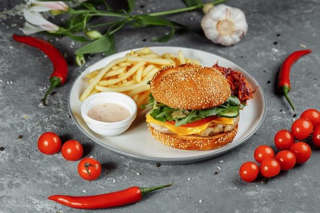 Hambúrguer de peru em um pão com queijo, alface, tomate e pepino fresco. hambúrguer com costeleta de peru
