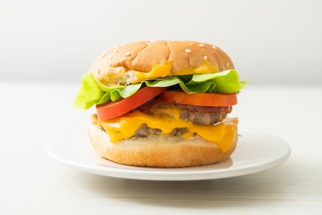 Hambúrguer de porco com queijo no prato branco