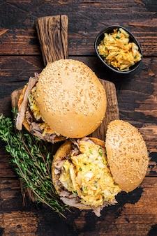 Hambúrguer de porco desfiado com molho de churrasco e salada de repolho