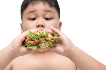Hambúrguer de porco na mão de menino obeso gordo fundo isolado