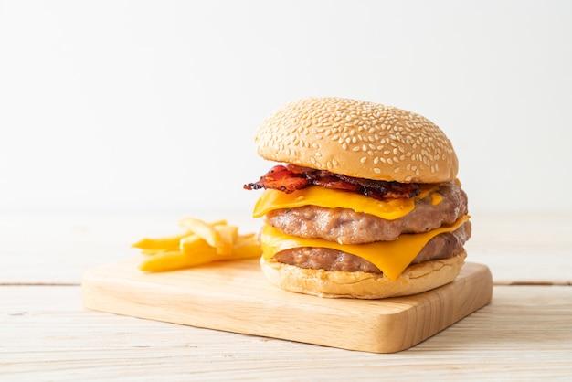 Hambúrguer de porco ou hambúrguer de porco com queijo, bacon e batatas fritas