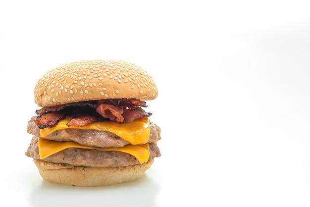 Hambúrguer de porco ou hambúrguer de porco com queijo e bacon isolado no fundo branco