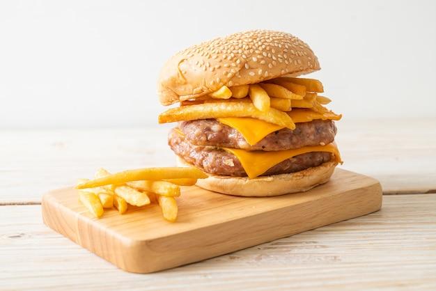 Hambúrguer de porco ou hambúrguer de porco com queijo e batatas fritas