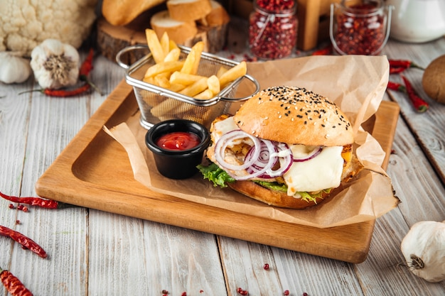 Hambúrguer de queijo com abacaxi e concurso