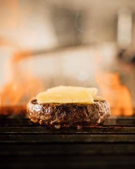 Hambúrguer de queijo em uma grelha