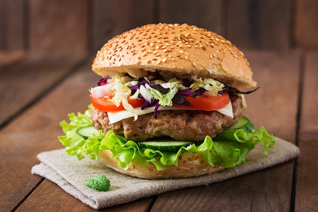 Hambúrguer de sanduíche com hambúrgueres suculentos, queijo e mistura de repolho