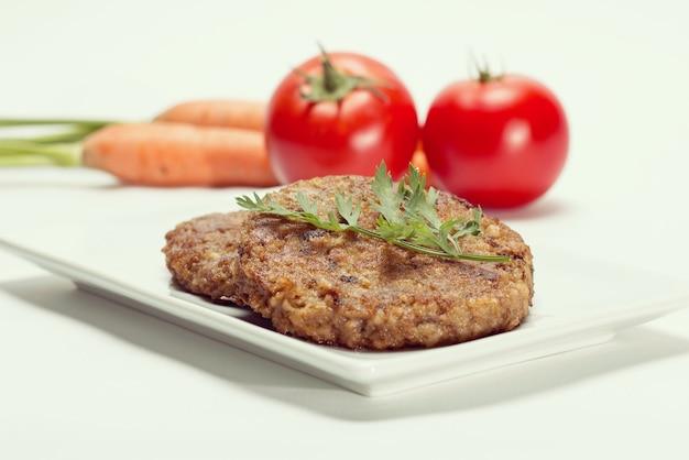 Hambúrguer de seitan e shitake em prato branco