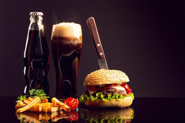 Hambúrguer de vista frontal com batatas fritas