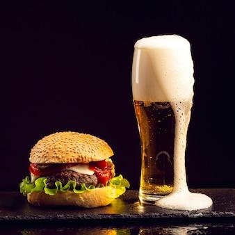 Hambúrguer de vista frontal com cerveja