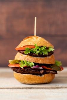 Hambúrguer de vista frontal na mesa