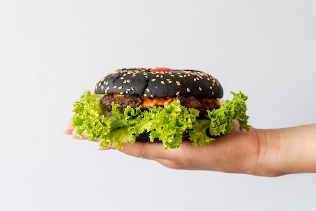 Hambúrguer de vista frontal realizada por pessoa