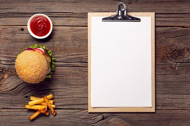 Hambúrguer de vista superior com prancheta de mock-up