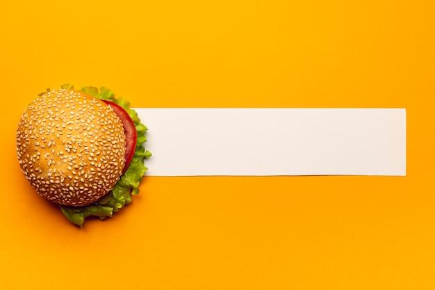 Hambúrguer de vista superior com uma faixa branca