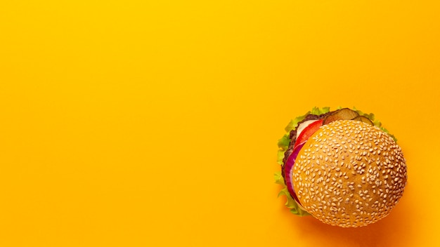 Hambúrguer de vista superior em fundo laranja