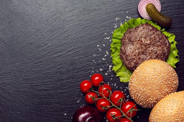 Hambúrguer de vista superior em fundo preto