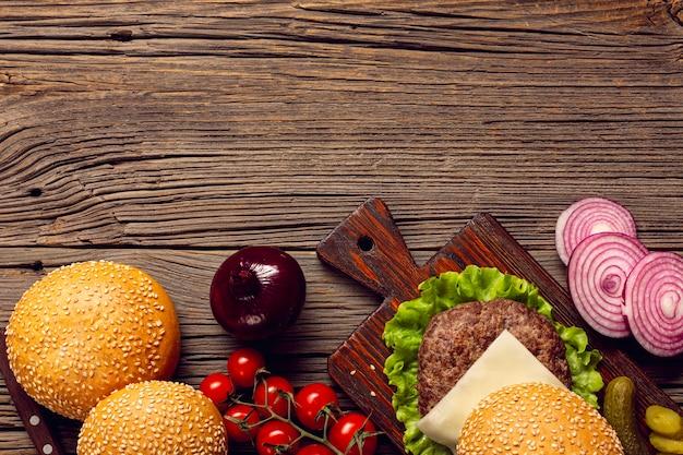 Hambúrguer de vista superior na mesa de madeira