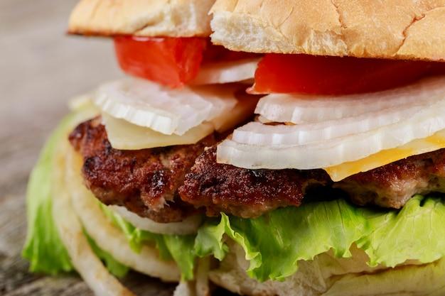 Hambúrguer delicioso close-up na mesa de madeira
