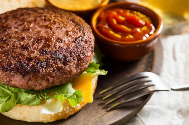 Hambúrguer delicioso com cerveja e ketchup