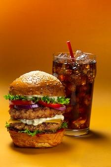 Hambúrguer delicioso com coca-cola