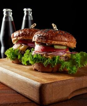 Hambúrguer delicioso com costeleta de carne frita e cebola.