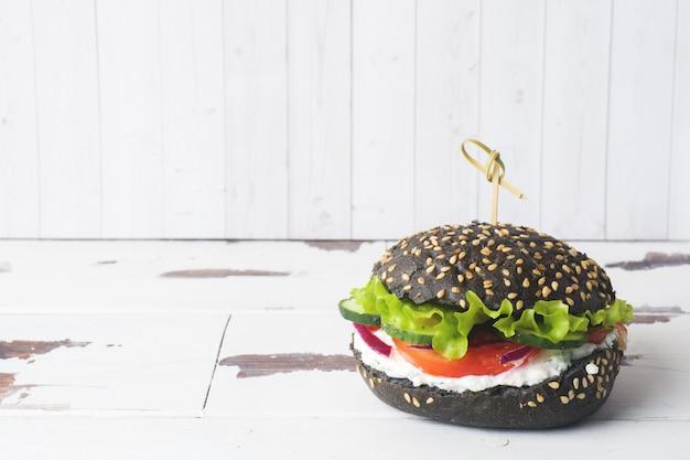 Hamburguer do vegetariano com creme e vegetais do requeijão. espaço da cópia