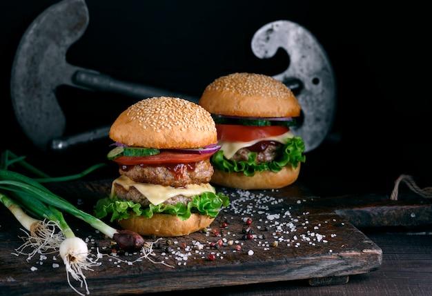 Hambúrguer duplo com legumes e queijo