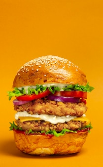Hambúrguer duplo grande com costeleta de frango à milanesa
