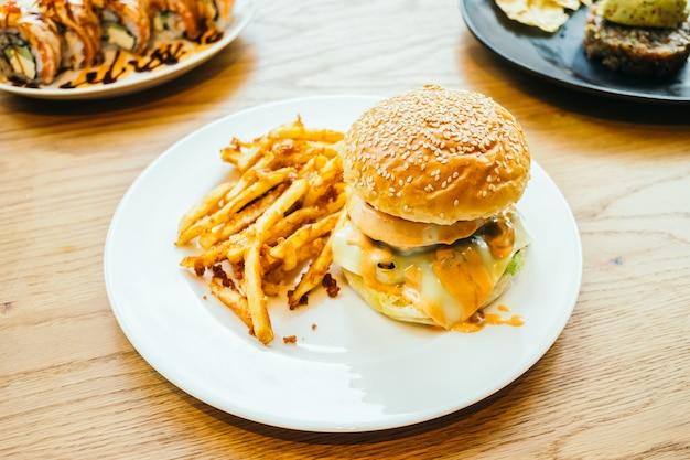 Hambúrguer e batata frita