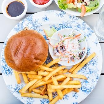 Hambúrguer e batatas fritas com salada de coleslow