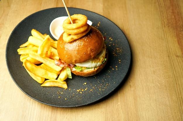Hambúrguer e batatas fritas em uma mesa de restaurante