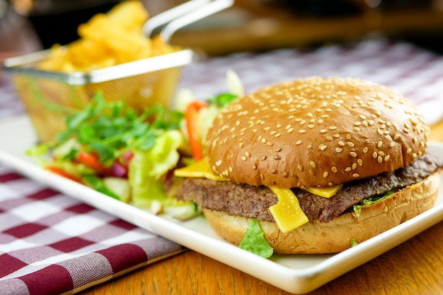 Hambúrguer e batatas fritas em uma mesa
