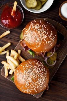 Hambúrguer e batatas fritas