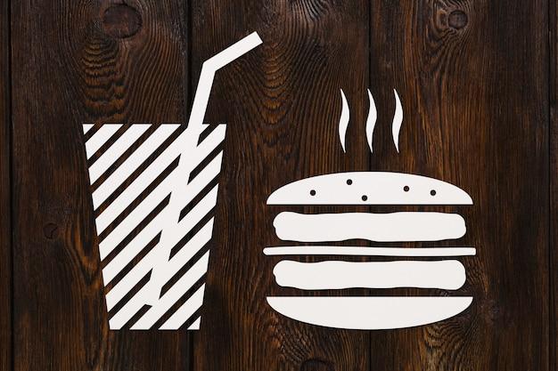 Hambúrguer e bebidas de papel