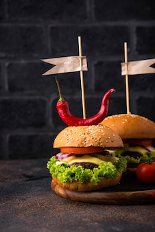 Hambúrguer e cheeseburger com tomate