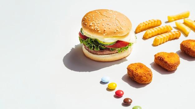 Hambúrguer e nuggets de frango com espaço de cópia
