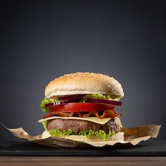 Hambúrguer em base de madeira em preto