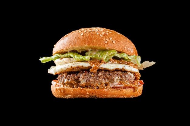 Hambúrguer em fundo preto para o menu