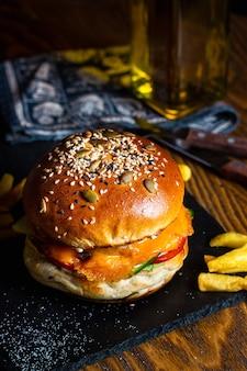Hambúrguer em pão fresco com sementes de gergelim