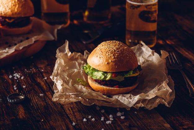 Hambúrguer em papel kraft. garrafas de cerveja