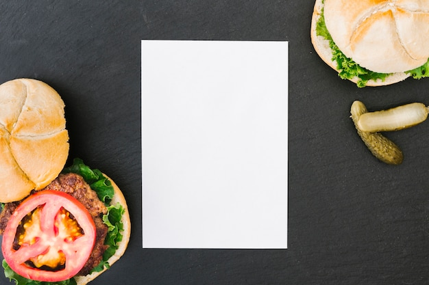 Hamburguer flat-lay com mock-up de papel