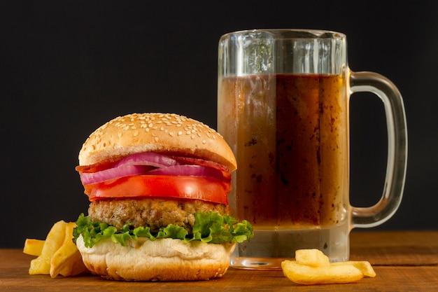 Hambúrguer fresco com batatas fritas e caneca de cerveja