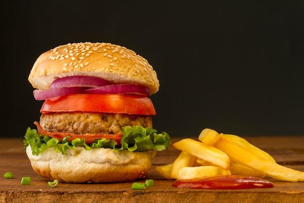 Hambúrguer fresco com batatas fritas