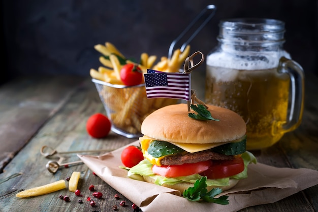Hambúrguer fresco e suculento em um papel
