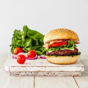 Hambúrguer fresco na placa de madeira