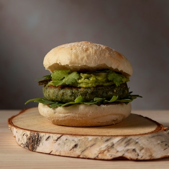 Hambúrguer frontal com guacamole